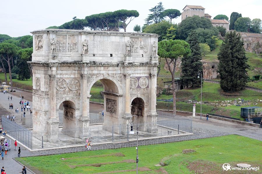 Rzym. Widok z Koloseum na Łuk Konstantyna. - foto: wnieznane.pl